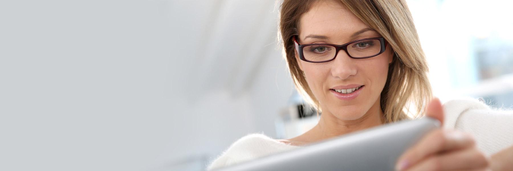 Des technologies plus modernes pour Belmont – Jeune femme consultant une tablette